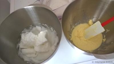 Les deux préparations : à droite les blancs montés en neige, à gauche la crème de mascarpone